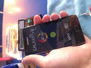 Samsung i9100 (Galaxy SII) сидит в руке надежно