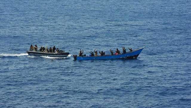Сомалийские пираты - опять неудача (пираты в лодке справа)